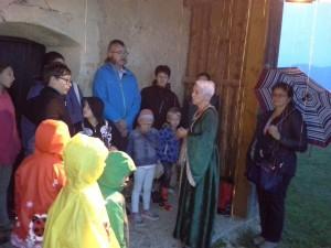 Trotz Regenwetters, waren die Zuhörer und Zuhörerinnen aufmerksam und ließen sich von Hildegard von Stein ihre Lebensgeschichte erzählen